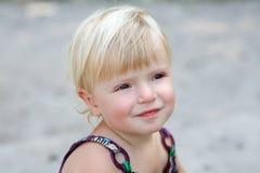 Stående av en liten flicka Arkivfoto