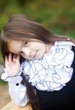 Stående av en liten flicka i en vitskjorta Arkivfoto