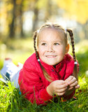 Stående av en liten flicka i höstpark royaltyfri bild