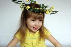Stående av en liten flicka i kran av blommor Royaltyfri Fotografi