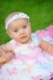 Stående av en liten flicka i kran av blommor Royaltyfria Bilder