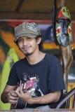 Stående av en lokal manlek gitarren för turister El Nido, Filippinerna Arkivbilder