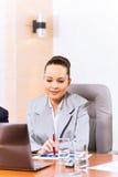 Stående av en lyckad affärskvinna Arkivfoto