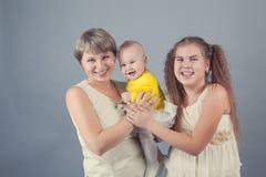 Stående av en lycklig familj, studio Royaltyfri Bild