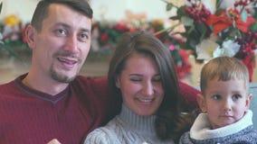 Stående av en lycklig familj på jul Se kameran arkivfilmer