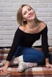 Stående av en lycklig flicka inomhus Royaltyfri Fotografi
