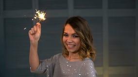 Stående av en lycklig flicka med ett tomtebloss i deras händer lager videofilmer
