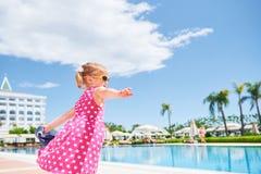 Stående av en lycklig flicka utomhus i sommardag Amara Dolce Vita Luxury Hotel semesterort Tekirova-Kemer kalkon Arkivbilder