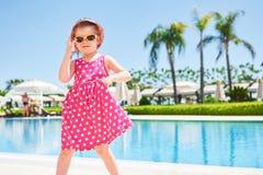 Stående av en lycklig flicka utomhus i sommardag Amara Dolce Vita Luxury Hotel semesterort Tekirova-Kemer kalkon Arkivbild
