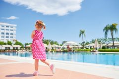 Stående av en lycklig flicka utomhus i sommardag Amara Dolce Vita Luxury Hotel semesterort Tekirova-Kemer kalkon Royaltyfria Foton