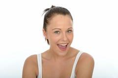Stående av en lycklig härlig ung kvinna som ser kameran Fotografering för Bildbyråer