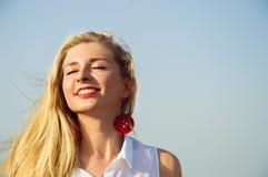 Stående av en lycklig kvinna Arkivfoto