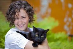 Stående av en lycklig kvinna med hennes katt Royaltyfri Fotografi