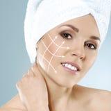 Stående av en lycklig kvinna som är klar för en plastikkirurgi Arkivfoto