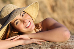 Stående av en lycklig kvinna som ler med perfekt vitt leende arkivbilder