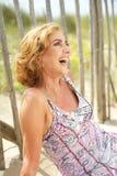 Stående av en lycklig kvinna som utomhus skrattar royaltyfria bilder
