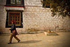 Stående av en lycklig le man från Tibet Arkivbild