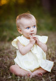 Stående av en lycklig liten flicka i parkera royaltyfri fotografi