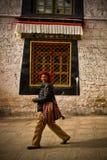Stående av en lycklig man från Tibet Royaltyfri Foto