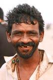 Stående av en lycklig man som ler och ser kameran Arkivbilder
