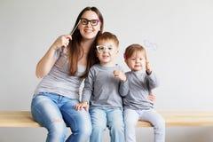 Stående av en lycklig moder och hennes två lilla barn - pojke och Royaltyfri Bild