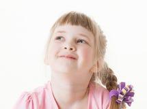 Stående av en lycklig nätt liten flicka som ser upp Royaltyfria Bilder