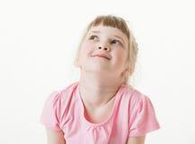 Stående av en lycklig nätt liten flicka som ser upp Arkivfoton