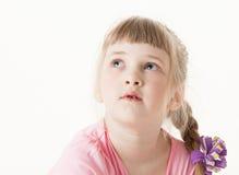 Stående av en lycklig nätt liten flicka som ser upp Royaltyfri Foto