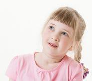Stående av en lycklig nätt liten flicka som ser upp Arkivbilder
