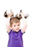 Stående av en lycklig pojke med kattungar i händerna arkivbild