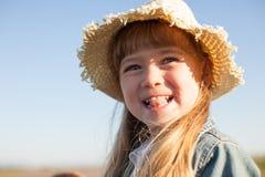 Stående av en lycklig sommarflicka som visar hennes tunga Arkivbilder
