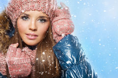 Stående av en lycklig tonårs- flicka i snön arkivbild