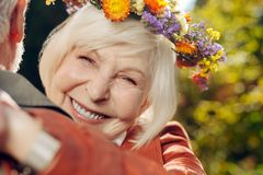 Stående av en lycklig trevlig åldrig kvinna arkivfoto