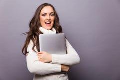 Stående av en lycklig ung flicka med bärbar datordatoren Royaltyfria Foton