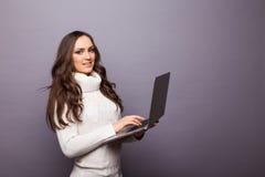 Stående av en lycklig ung flicka med bärbar datordatoren Royaltyfria Bilder