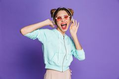 Stående av en lycklig ung flicka med ljus makeup arkivfoton