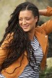 Stående av en lycklig ung kvinna som utomhus ler royaltyfri fotografi