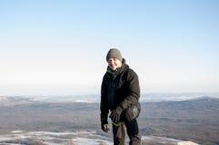 Stående av en man överst av ett berg, Taganay, Ural, Ryssland Royaltyfria Bilder