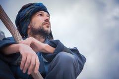 Stående av en man i blå turban Royaltyfria Bilder