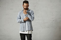 Stående av en man i den vit t-skjortan och grov bomullstvill Fotografering för Bildbyråer