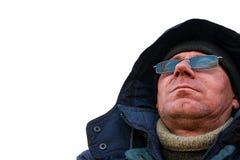 Stående av en man i en huv och solglasögon royaltyfri fotografi