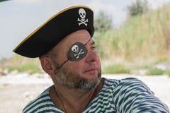 Stående av en man i en piratkopieradräkt på stranden Arkivbilder