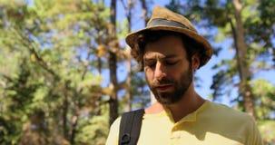 Stående av en man som håller ögonen på en kompass stock video