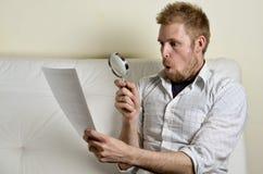 Stående av en man som läser ett avtal Arkivfoto
