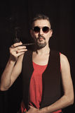 Stående av en man som röker ett rör royaltyfri fotografi