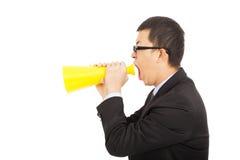 Stående av en man som skriker in i en megafon Royaltyfria Foton