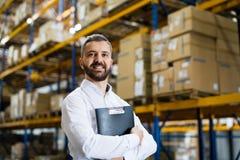 Stående av en manlig lagerarbetare eller arbetsledare royaltyfri fotografi