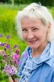 Stående av en medelålders kvinna royaltyfri bild