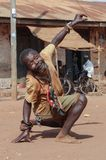St?ende av en medel?lders svart man En man med psykiska st?rningar dansar i gatan royaltyfri fotografi