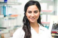 Stående av en medicinsk personal eller doktorn i apotek royaltyfria foton